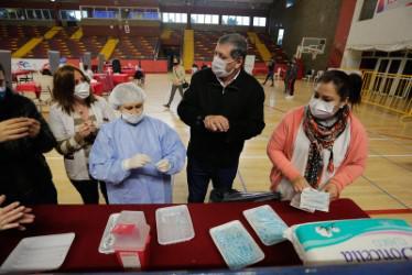 Las Heras, Daniel Orozco ayudó a vacunar 2