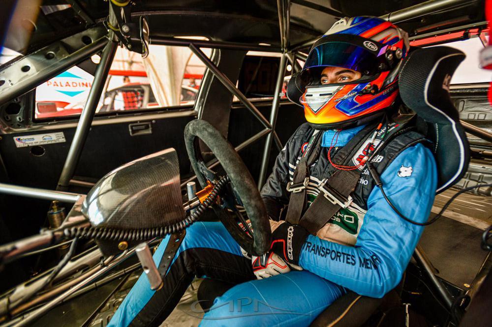 Lucas Vicino, auto y equip
