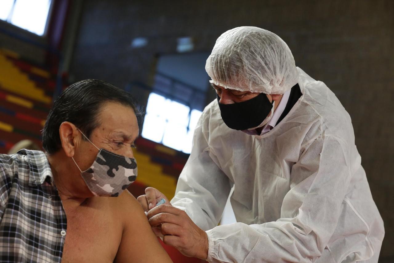 Las Heras, Daniel Orozco ayudó a vacunar 3